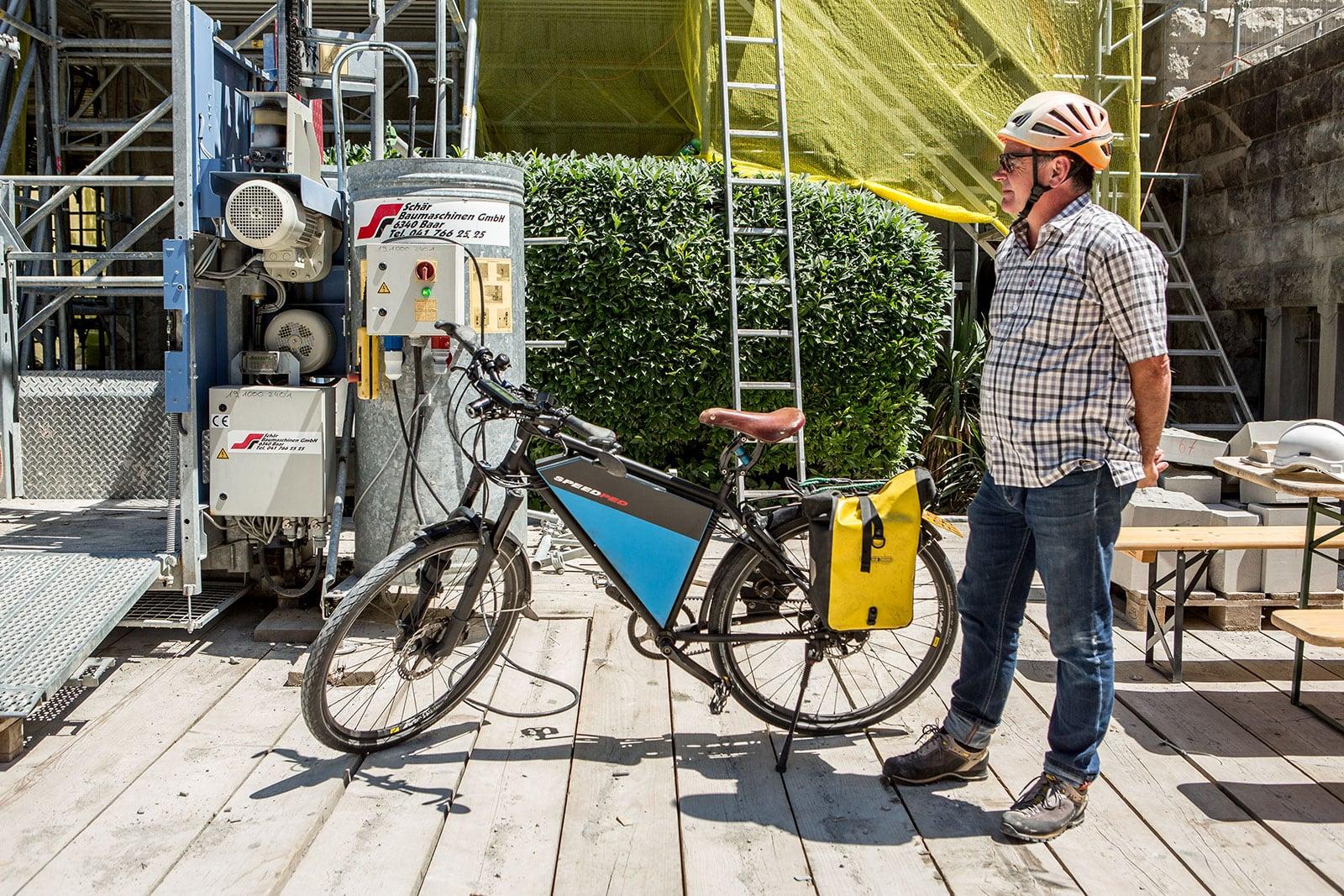 Viktor auf der baustelle mit seinem e-Bike