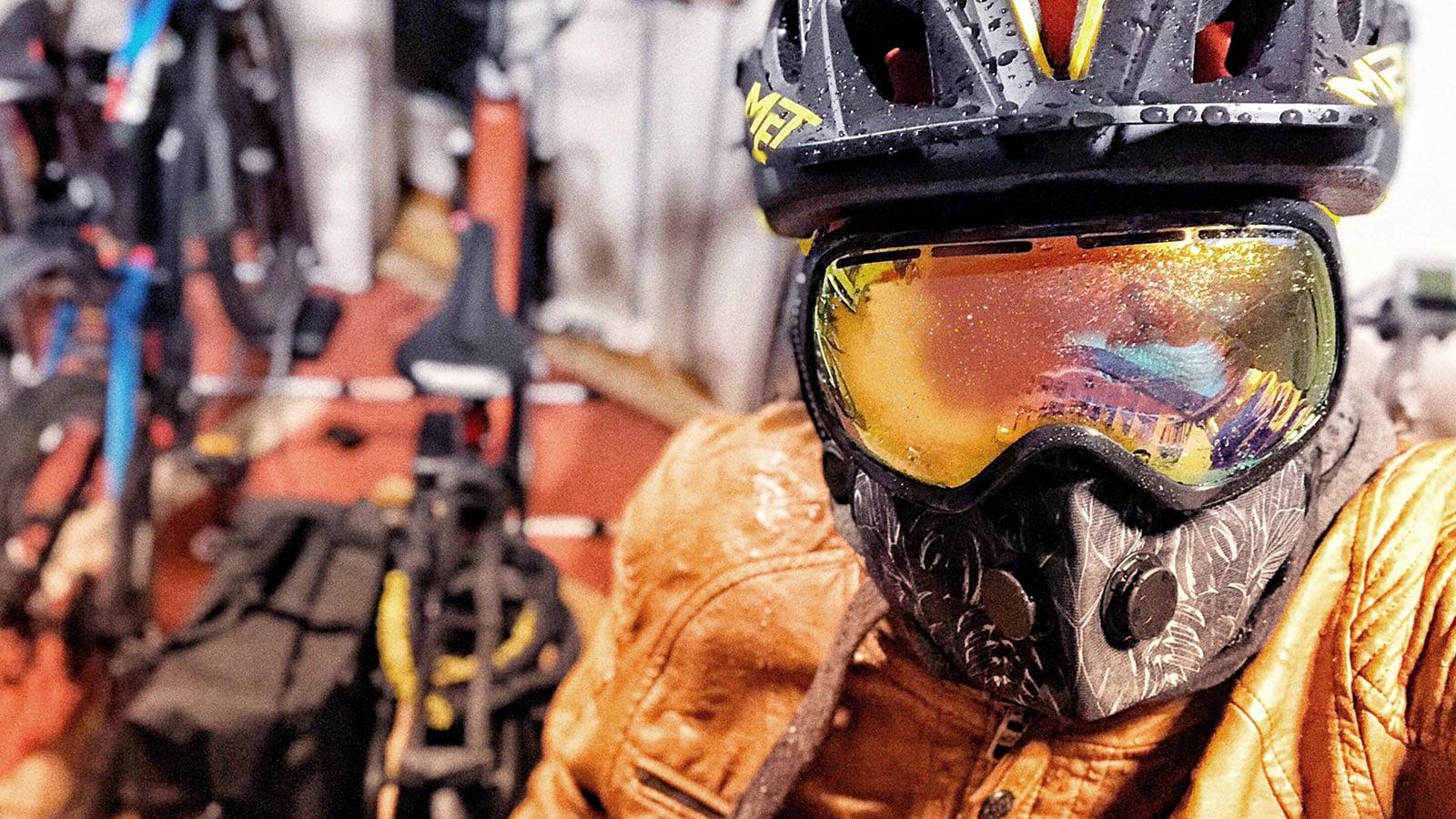 Atemschutzmaske und Goggle für den Velowinter