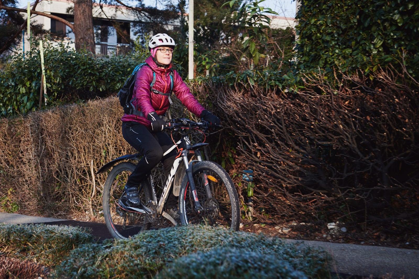 Jolanda Riedweg auf dem Weg zur Arbeit mit ihrem Mountainbike