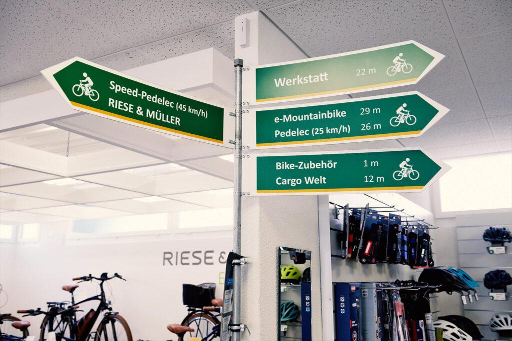 Wegweiser im e-Bike-Shop