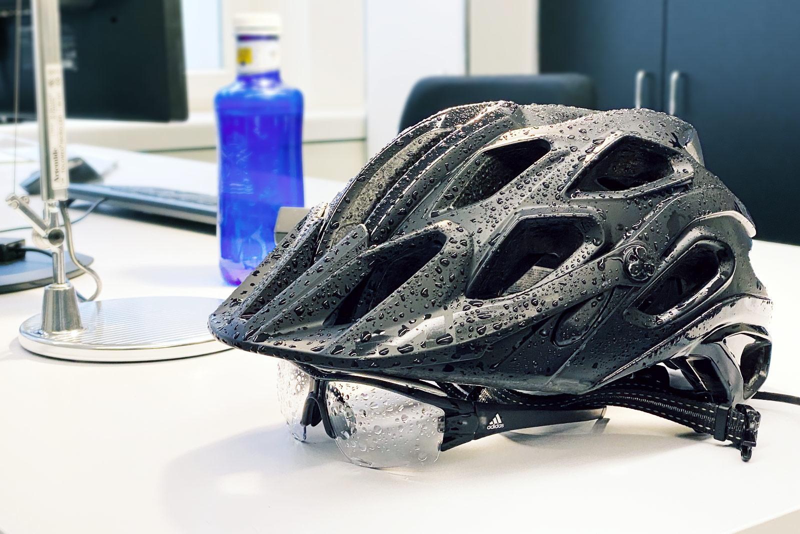 Regennasser Helm