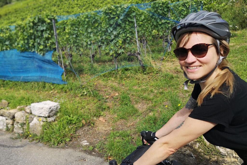 Kathrin Reimann fährt mit dem Rennvelo entlang der Rebberge